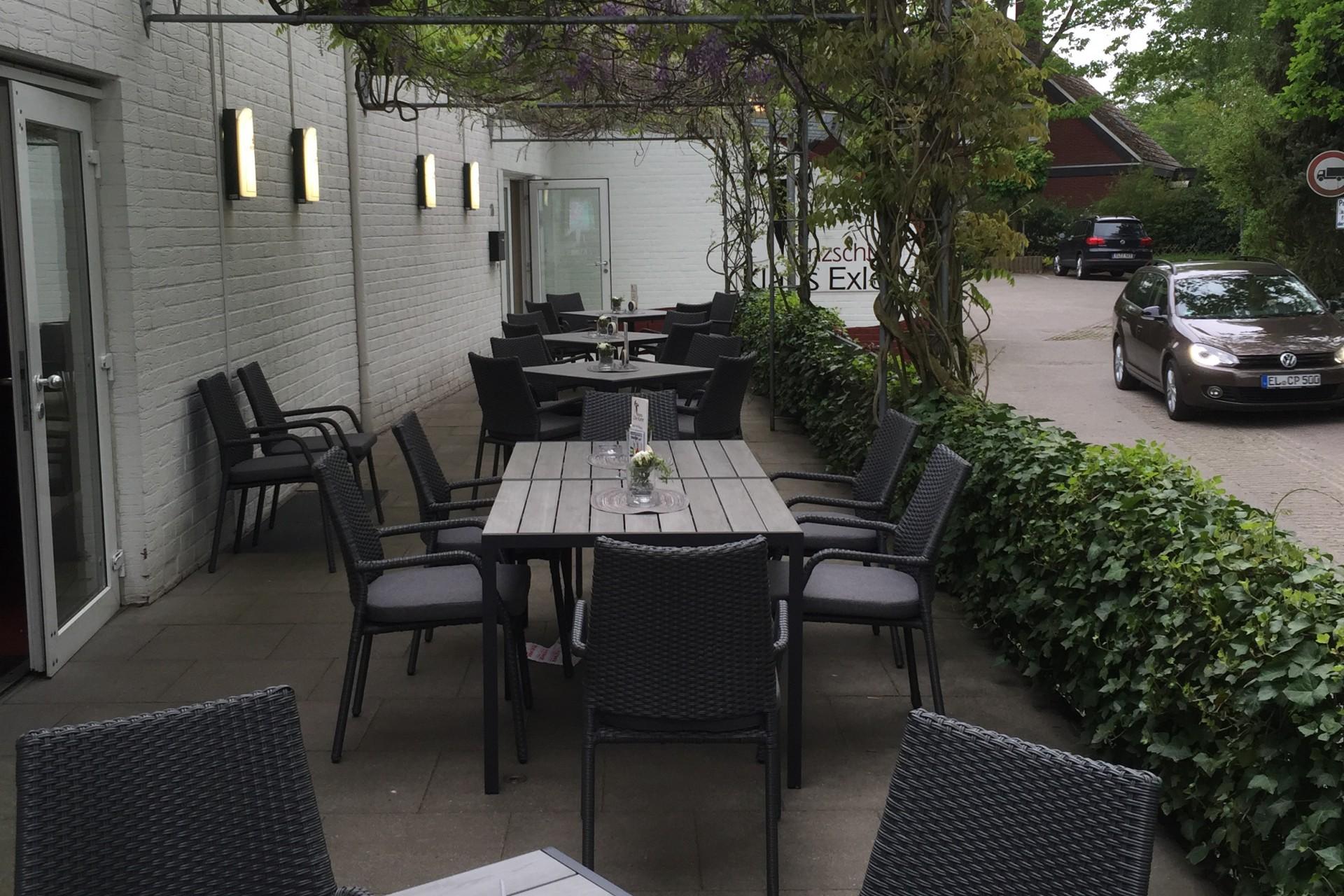 Tische im Außenbereich